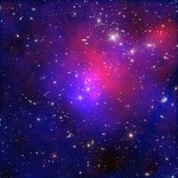 Salah satu tabrakan paling rumit dan dramatis antar gugus galaksi yang pernah terlihat tertangkap dalam gabungan gambar baru Abel 2744. Warna biru menunjukkan peta konsentrasi massa total (kebanyakan materi gelap).